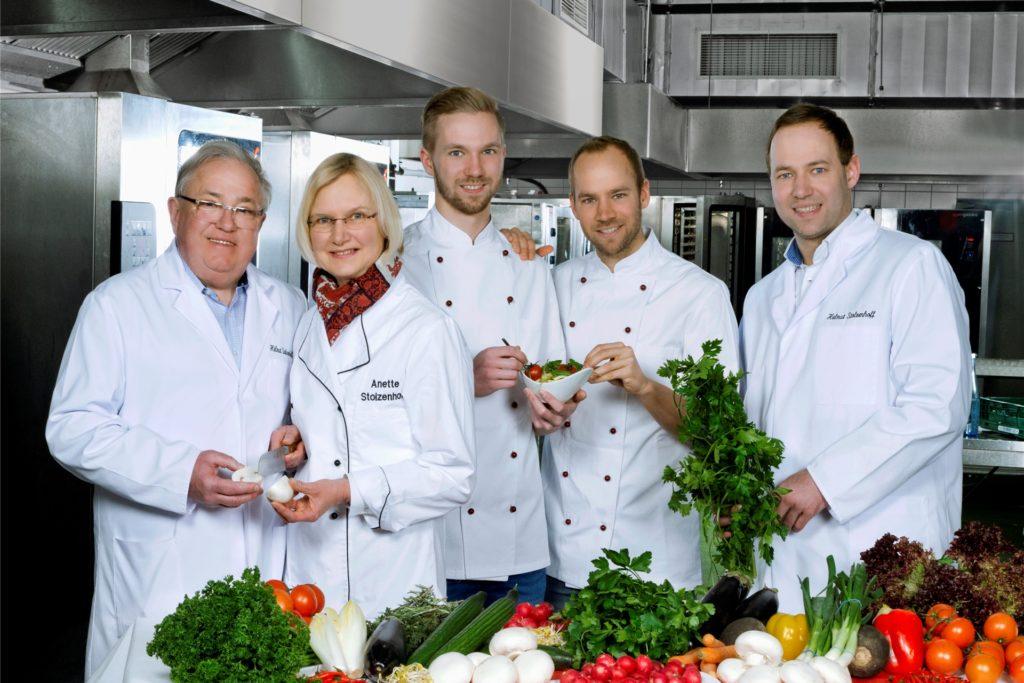 Die Familie Stolzenhoff hat sich mit ihrem Catering-Unternehmen einiges einfallen lassen, um auch in diesem Jahr Weihnachtsfeiern zu ermöglichen. Darauf freuen sich (v.l.) Helmut, Anette, Jan, Dennis und Helmut Christian Stolzenhoff.