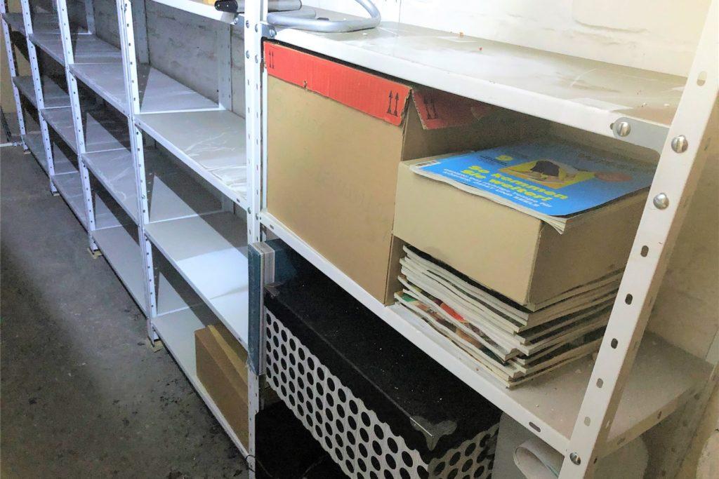 Auch der Kellerraum von Alexander Wilhelm ist total verrußt. Das Archiv in Plastik-Boxen hat den Brand unbeschadet überstanden.