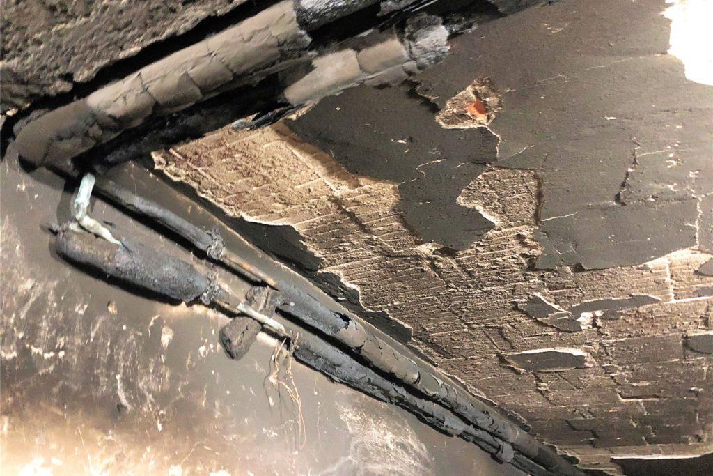 Verschmorte Leitungen und Kabel, bröckelnde Decken: Das Feuer hat vieles zerstört.