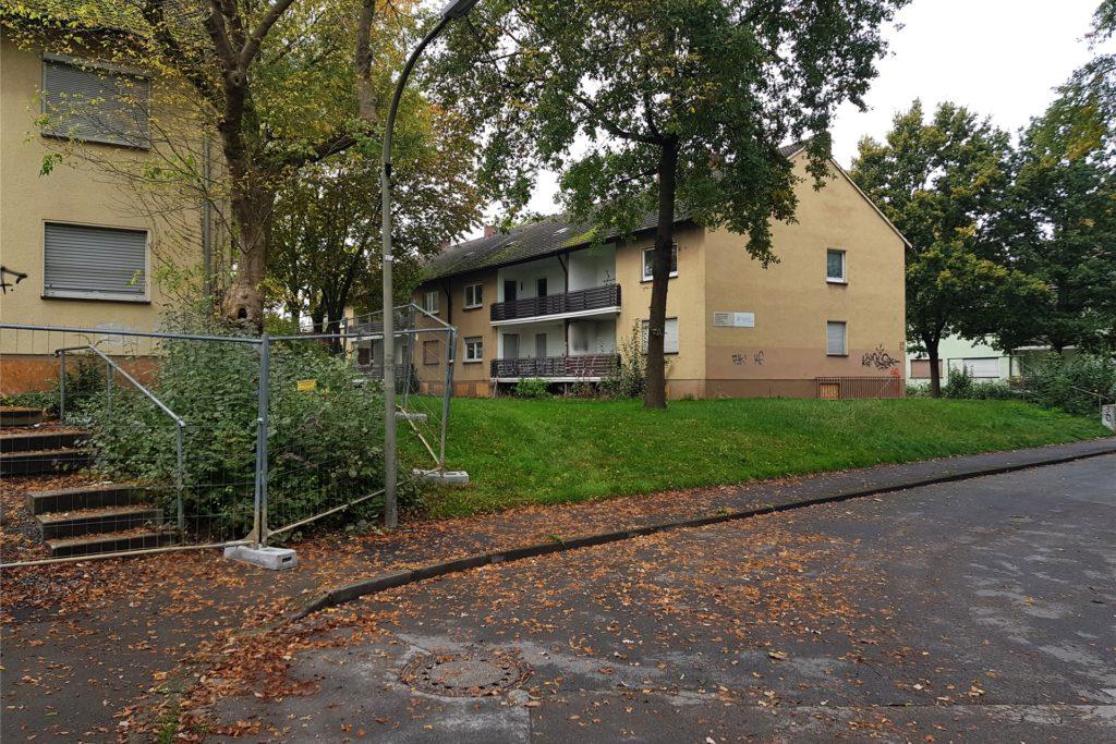 Zum Abriss werden die betroffenen Häuser der Reihe nach vorbereitet.