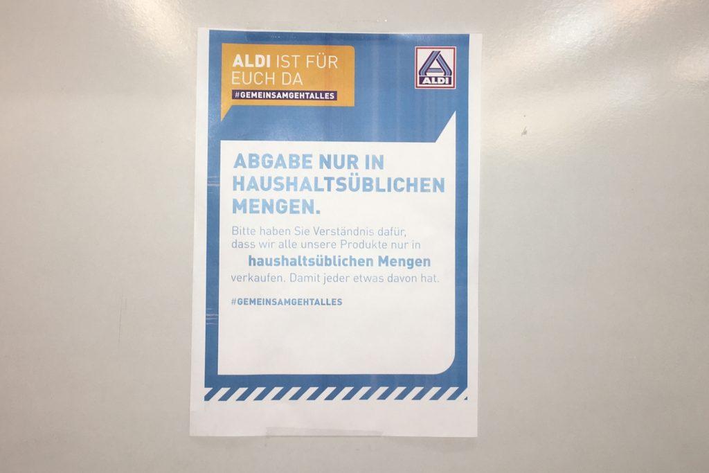 Von drei Toilettenpapier-Sorten sind zwei in der ALDI-Filiale an der Alleestraße am Dienstag (20.10) ausverkauft.