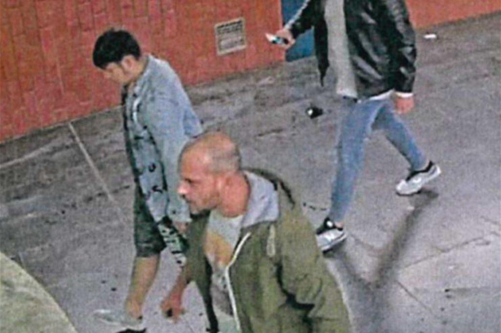 Drei Männer sollen einen Stadtmitarbeiter krankenhausreif geprügelt haben.