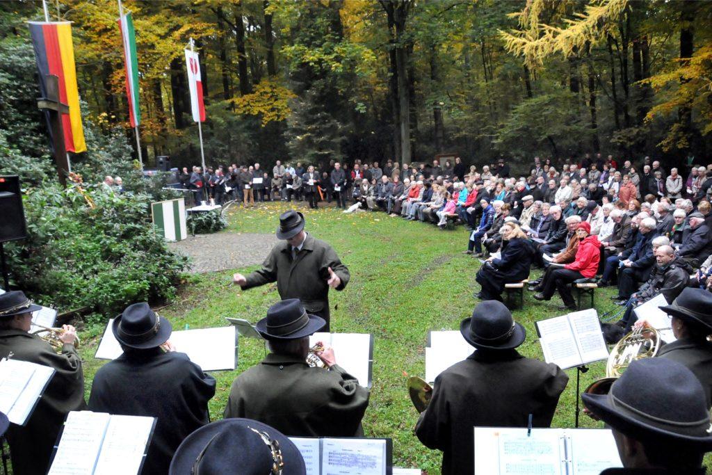 Traditionell wird unter dem Holzkreuz am letzten Oktobersonntag die Hubertusmesse mit dem Paderborner Jagdhornbläsercorps gefeiert. In diesem Jahr fiel sie wegen Corona aber aus.