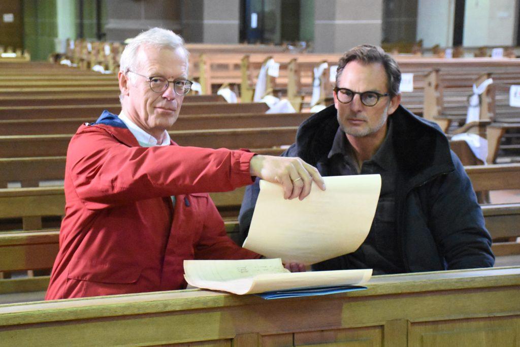 Ulrich Söbbing (l.) berichtet Ronald de Boer, was er über seine Vorfahren im Stadtlohner Archiv gefunden hat.