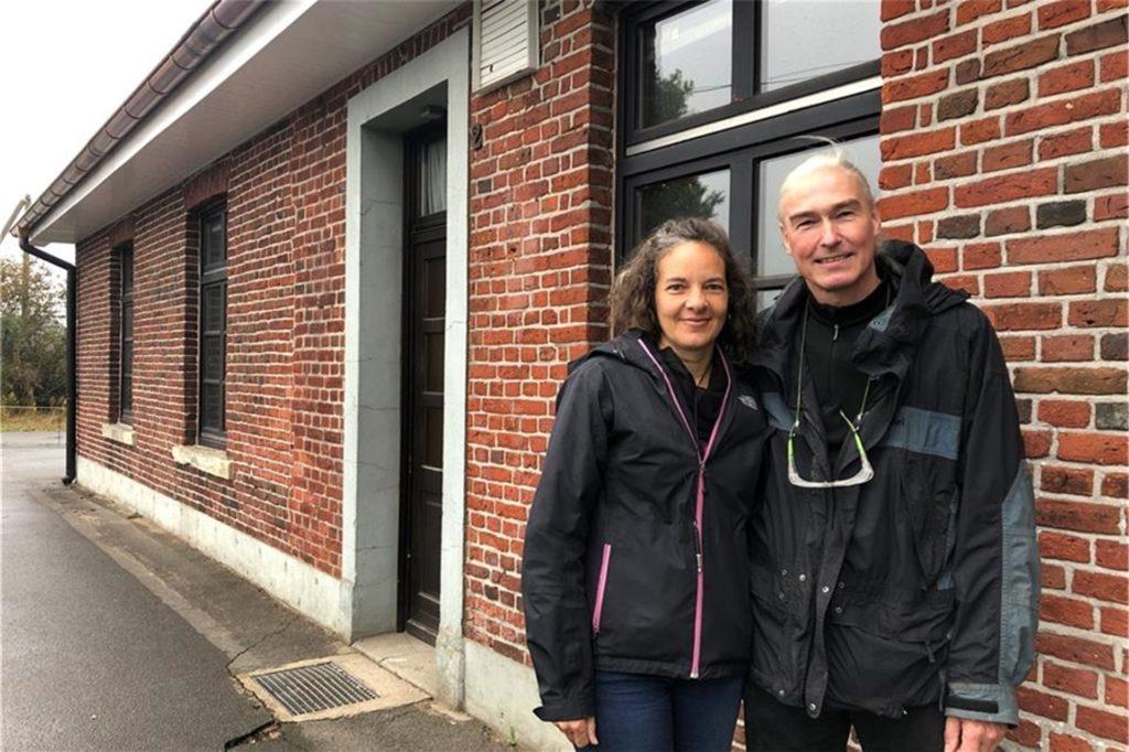 Jill und Ulrich Kuhlmann haben die ehemalige Gaststätte Schütte in Holthausen gekauft. Die beiden Künstler bauen sie zu ihrem Wohnhaus um.