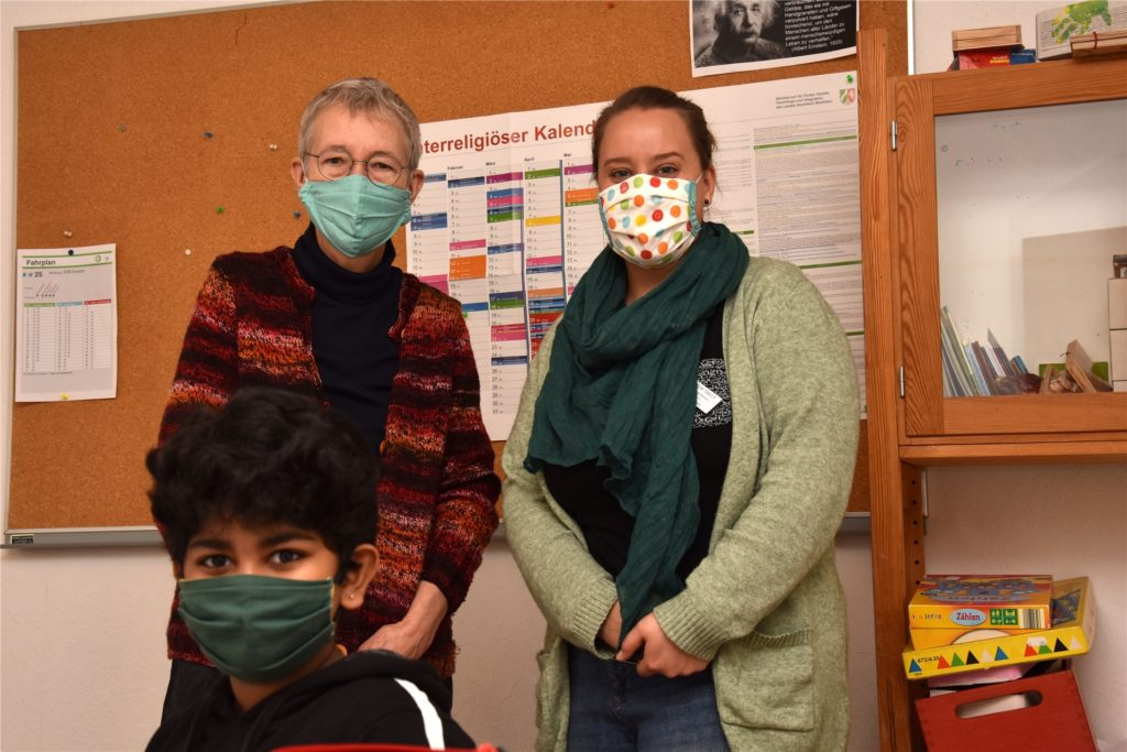 Margarethe Matschinsky und Theresa Schulz (v. l.) mit Schüler Ramyi beim Ferienförderprojekt.