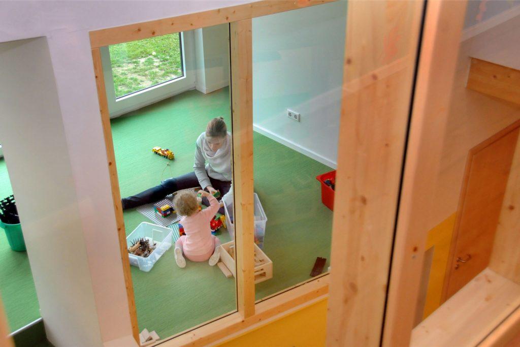Fenster ermöglichen den Blickkontakt zwischen den Stockwerken und Altersgruppen.