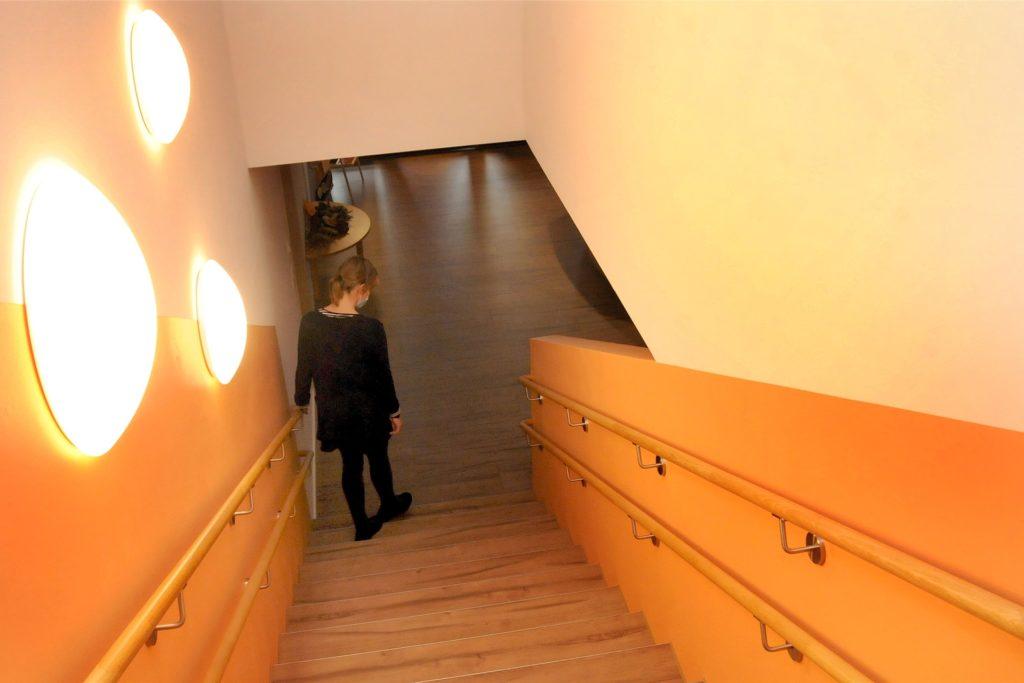 Ein doppelter Handlauf begleitet die Treppe, damit Kinder unterschiedlicher Körpergröße sie gefahrlos benutzen können.