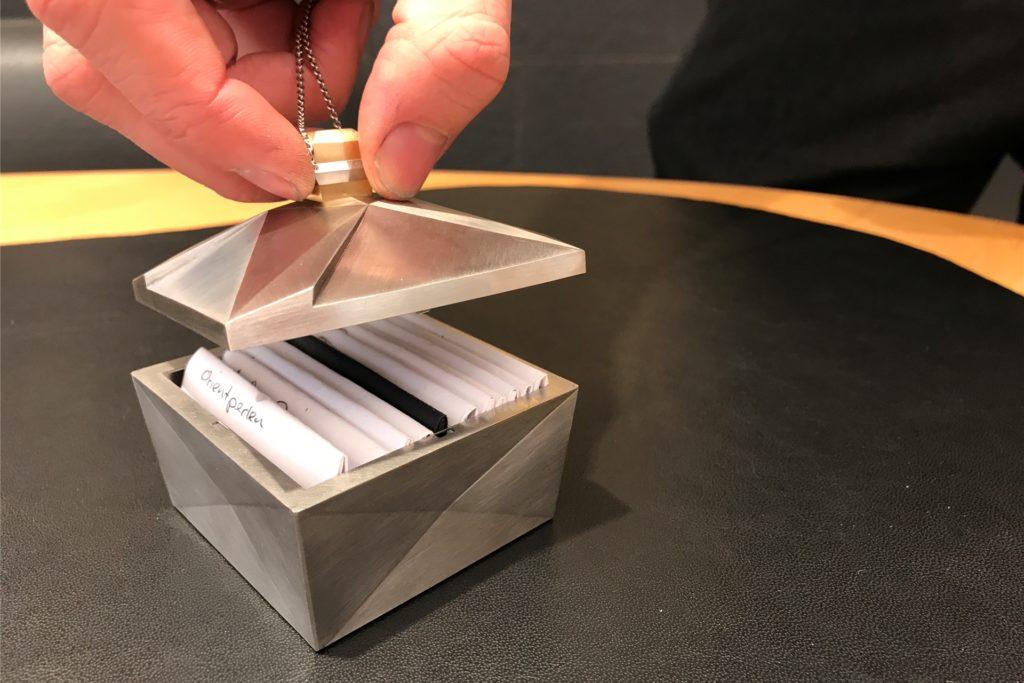 Mit diesem Meisterstück aus Platin und Gold ist Mats Grafe Landessieger in Hessen geworden: ein Kasten, in etwa so groß wie eine Zuckerdose, in der er wertvolle Steine aufbewahren kann.