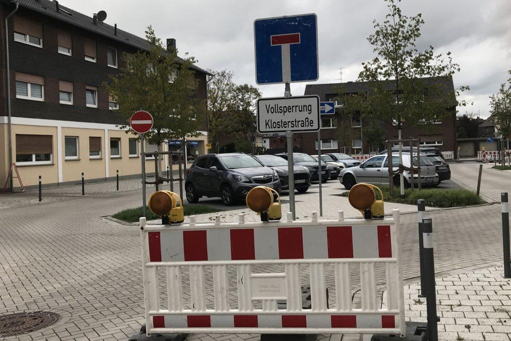 Auch am Georgplatz weisen Schilder den Durchgangsverkehr auf die Sackgasse hin.