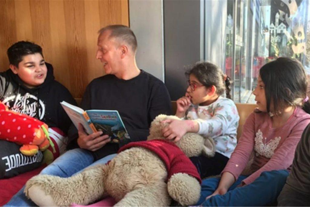 Die Lese-Lounge gibt es nicht nur in Castrop-Rauxel, sie ist bundesweit im Einsatz: Hier zum Beispiel bei der Aktion Lichtblick in Hasenbergl in München.