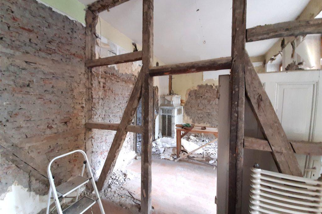 Im Obergeschoss des alten Hauses hat Linus Weber zu seiner großen Freude Fachwerk entdeckt.