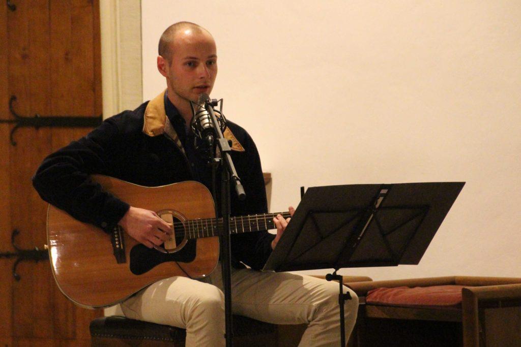 Sebastian Rümmelein (Gesang/Gitarre) begleitete die Lesung musikalisch.