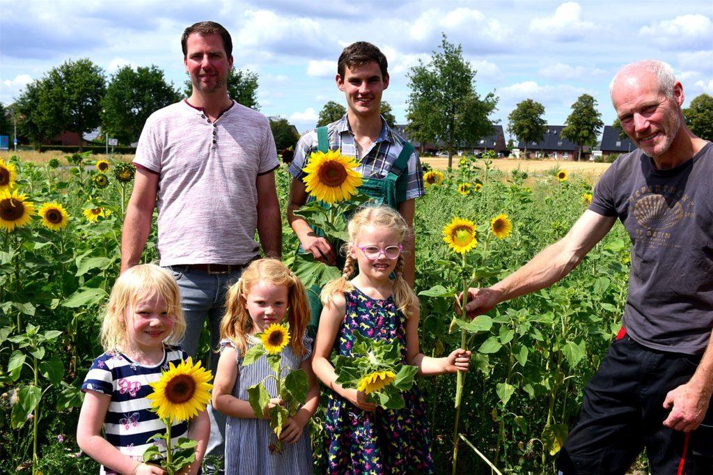 Bild aus 2019: Die Landwirte Christian Bomberg (l.), Christoph Watermann (M.) und Heinz Bernd Saalmann. Auch Christian Bombergs Kinder Jonna Luisa und Jule (v.l.) erfreuten sich an den gelben Blumen.