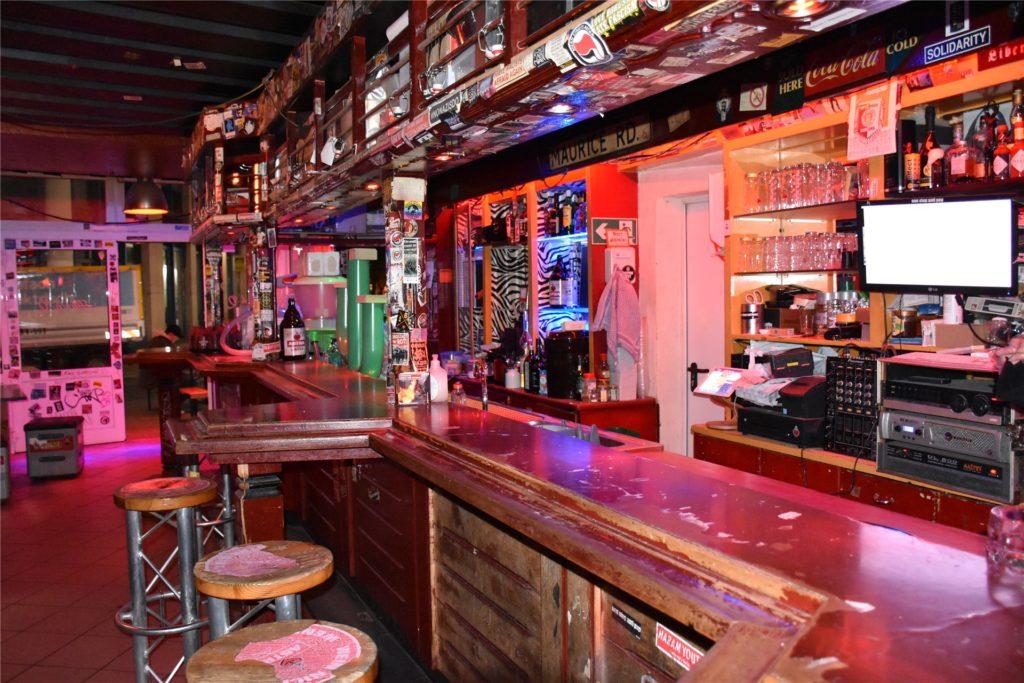 Eine leere Theke - das gehört mittlerweile zum Tagesgeschäft. Nur ein Platz ist weit genug vom Barkeeper entfernt, um den Sicherheitsabstand einhalten zu können.