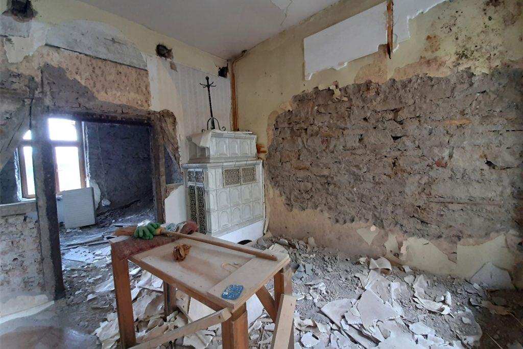 Hinter den vormals verkleideten oder verputzen Wänden kommt das alte Sandsteingemäuer wieder ans Tageslicht.