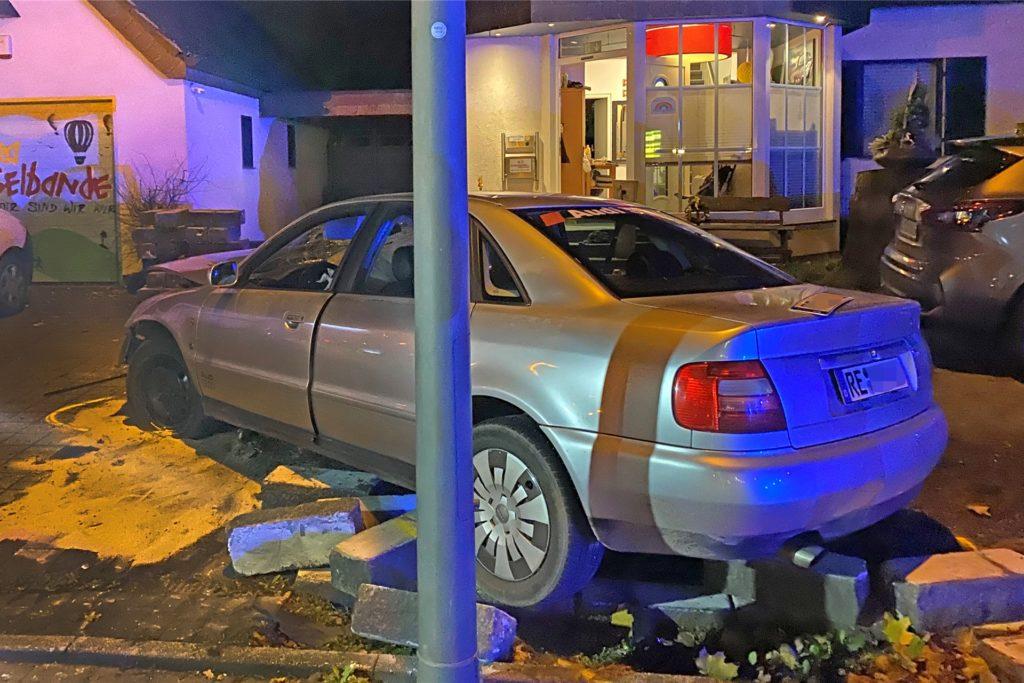 Gegen eine Mauer krachte der Wagen, wodurch zwei weitere Fahrzeuge beschädigt wurden.