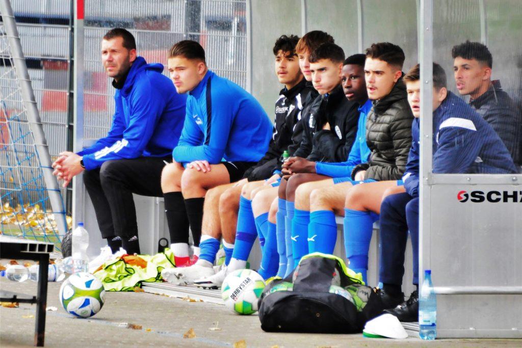 Marco Taschke (l) sitzt jetzt als Coach bei den U17-Junioren des VfB Waltrop auf der Bank.