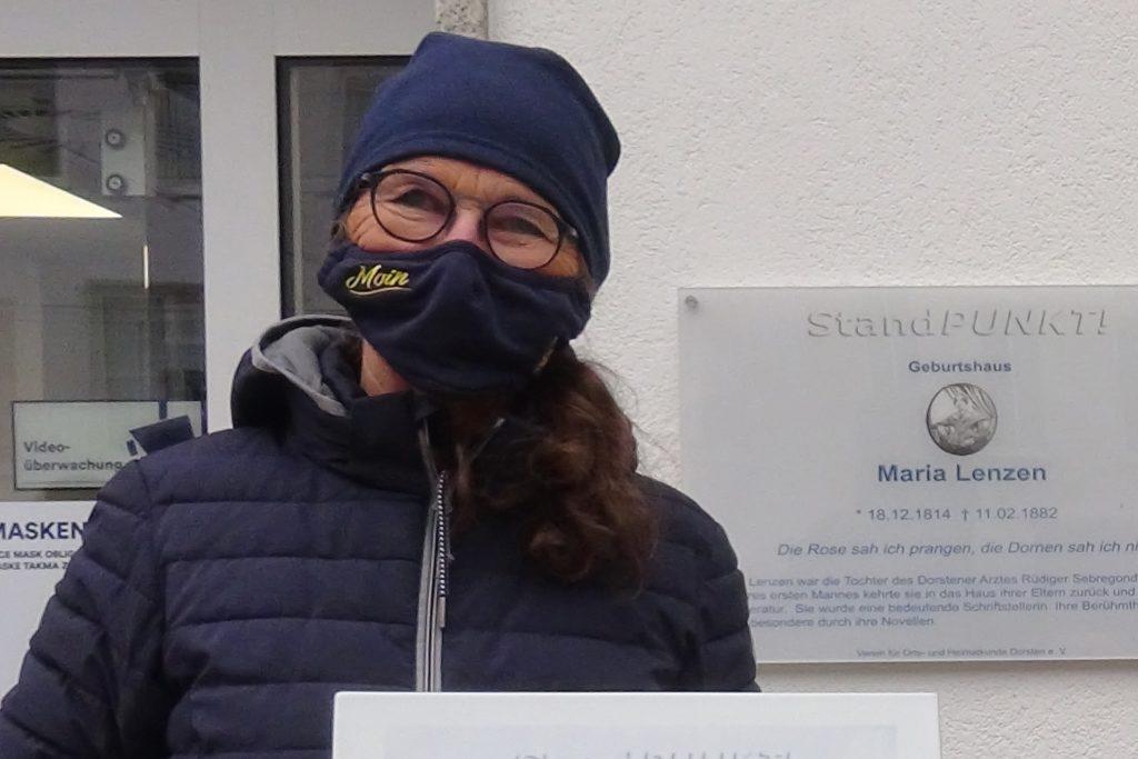 Edelgard Moers erzählte neben der neuen Gedenktafel am Geburtshaus der Schriftstellerin Maria Lenzen auf dem Dorstener Marktplatz von deren individueller Art des Protestes gegen die gesellschaftlichen Verhältnisse.