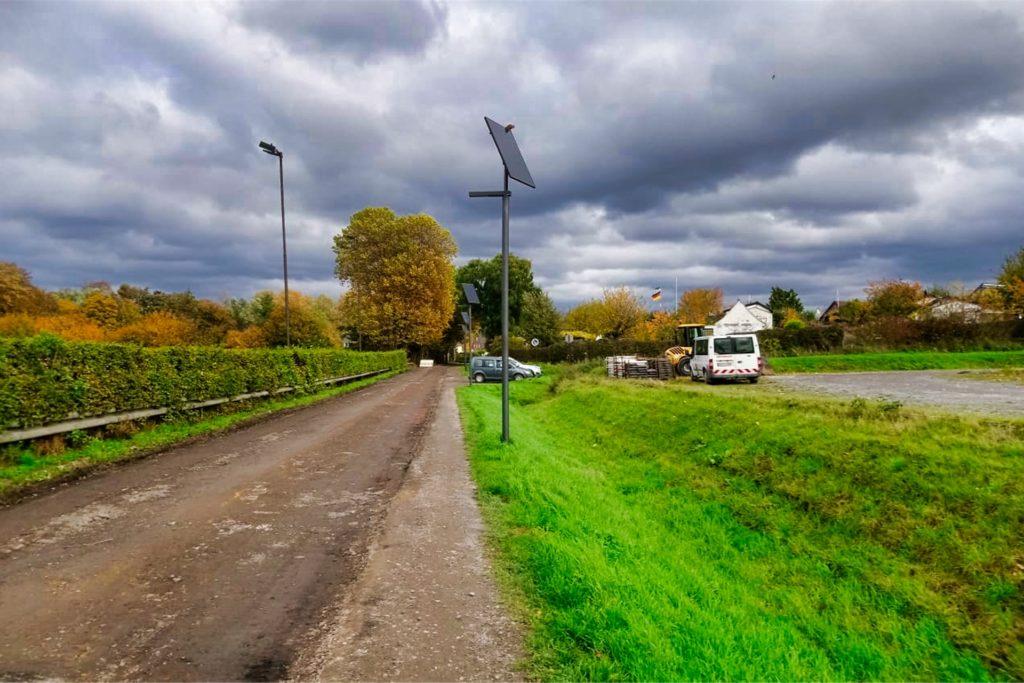 So sieht die neue Straßenbeleuchtung an der Brandheide in Frohlinde  aus - auf Höhe des Sportplatzes des FC Frohlinde.