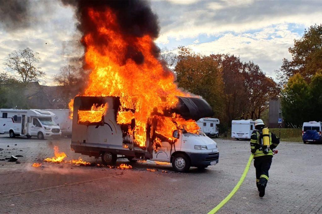Das Wohnmobil stand schnell voll in Flammen.