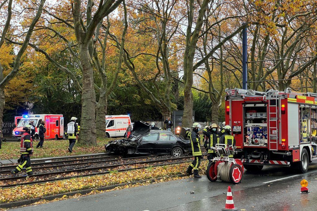 Der BMW wurde bei dem Unfall stark beschädigt - die Bergung des Fahrzeugs sorgte für Verkehrsbeeinträchtigungen auf der B1.