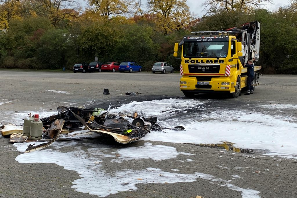 Die verkokelten Reste wurden nach dem Brand vom Parkplatz beseitigt.