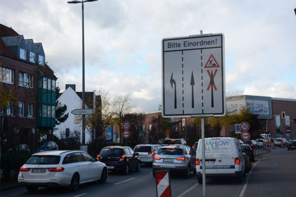 Bereits auf dem Ostwall werden die Autofahrer auf die neue Verkehrsführung hingewiesen.
