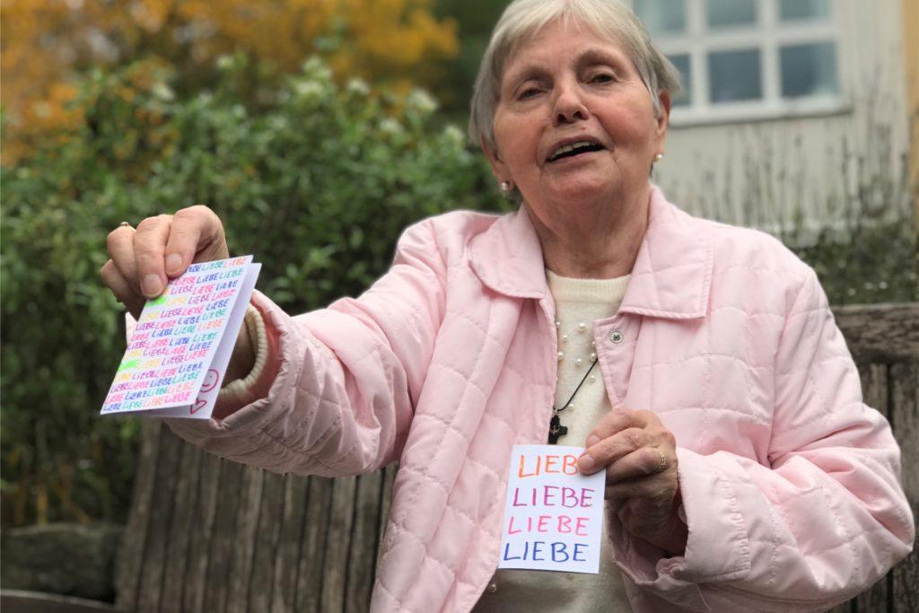 Ute Kloß (79) und ihre Mitbewohnerinnen haben solche Karten von den Schülern geschenkt bekommen.