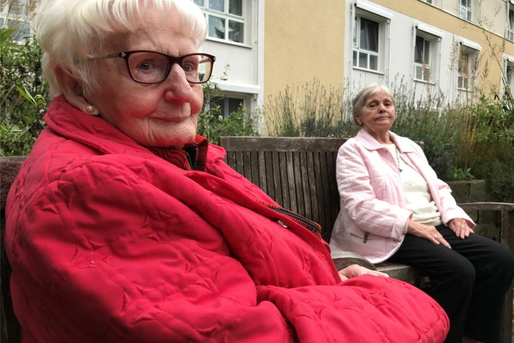 Anne-Marie Kemler (l.) ist 92 Jahre alt. Sie spielt jeden Tag mit Ute Kloß Gesellschaftsspiele wie Kniffel, Rummykubb oder Mensch-Ärgere-Dich-Nicht.