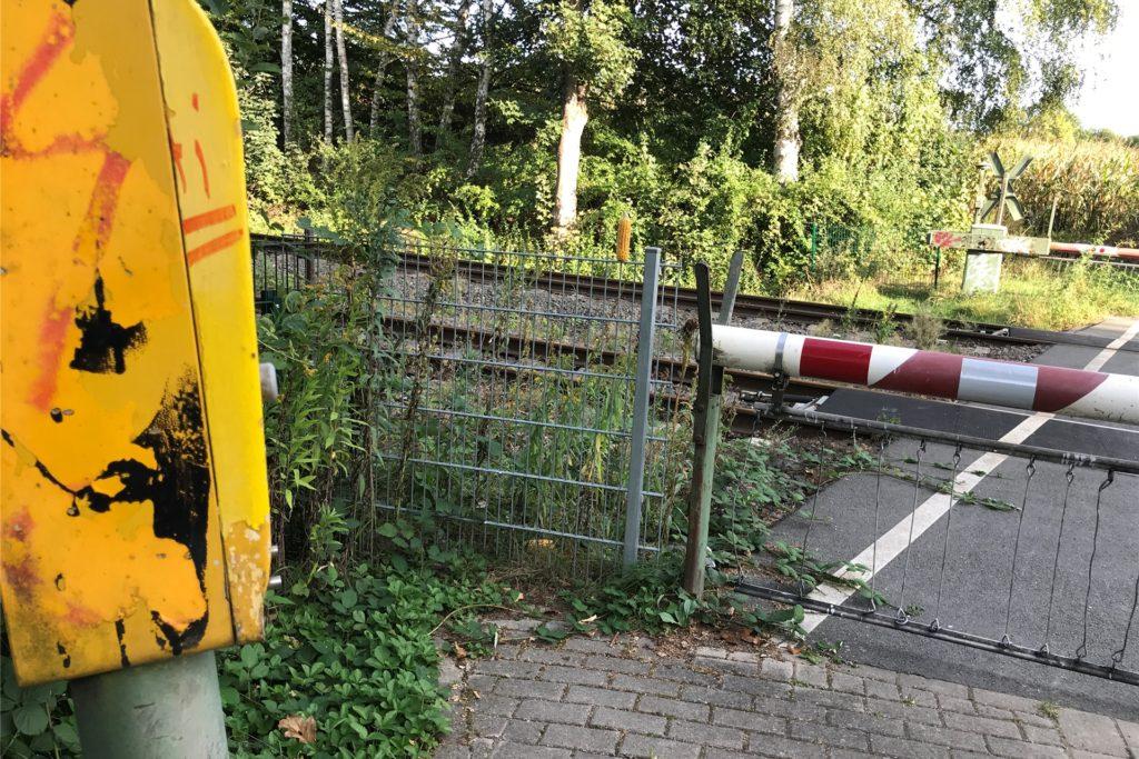 Auf diesem verschmierten gelben Kasten ist ein Knopf und eine Gegensprechanlage. Wer ihn drückt, hört wenig später die Stimme des Fahrdienstleiters.