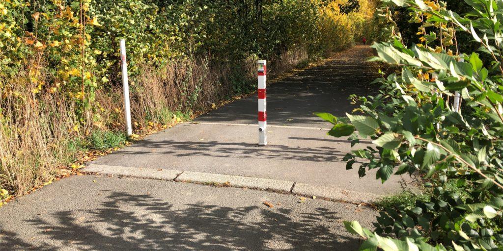 An dieser Stelle ist für Autofahrer Schluss. Viele halten sich aber nicht daran: Sie entfernen den Pfosten und fahren weiter. Das will die SPD nun unterbinden