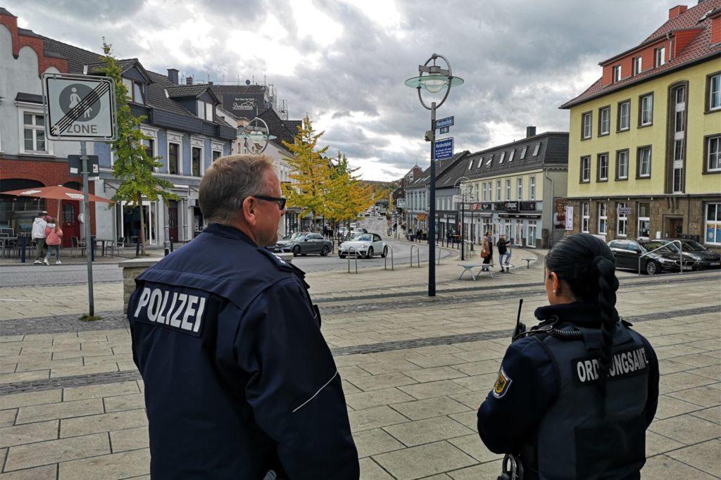 In der vergangenen Woche haben Polizeibeamte und Mitarbeiter des Ordnungsamtes im Aplerbecker Ortskern die Maskenpflicht überprüft.