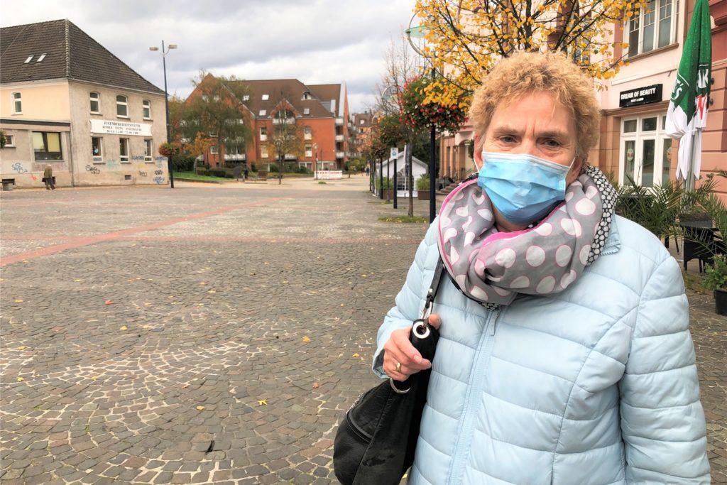 Brigitte Giesen trägt ihre Maske freiwillig, um andere zu schützen. Auch an weniger belebten Plätzen hält sie die Maskenpflicht für sinnvoll.