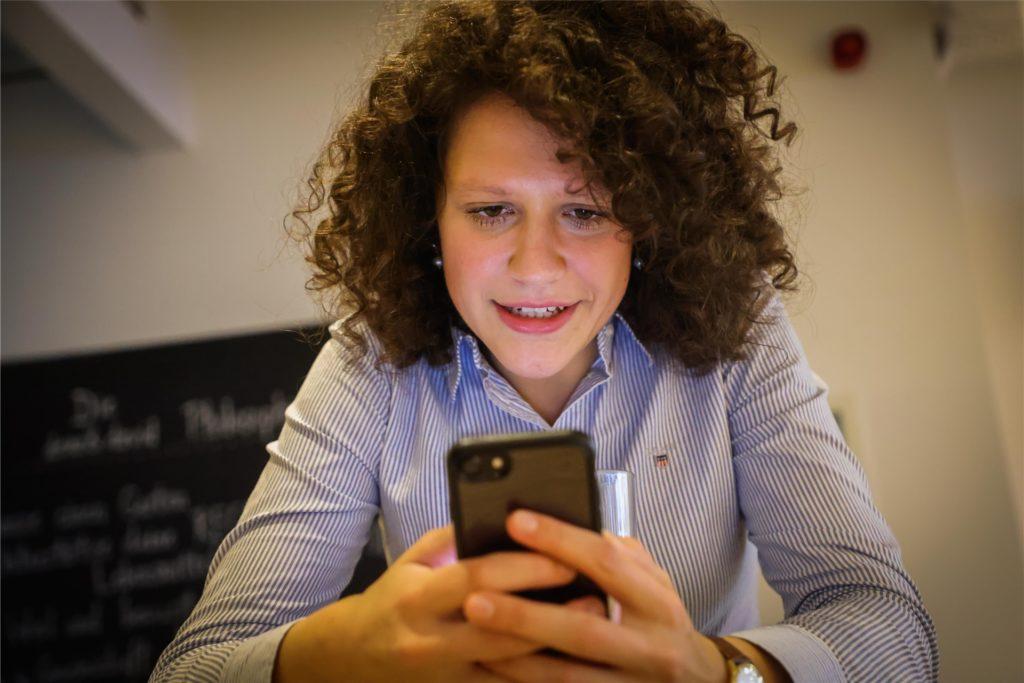 Das Smartphone ist immer griffbereit: Wie war noch mal der genaue Titel ihrer Masterarbeit?