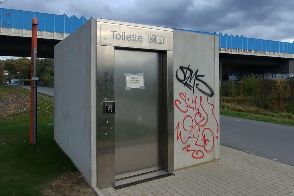 """""""Toilette ist noch nicht in Betrieb!"""" Das ist erst in einigen Wochen der Fall, wie Georg Sümer bemerkt. Die Toilette ist dabei sowohl für den You-Point als auch für die Gäste des Sees gedacht."""