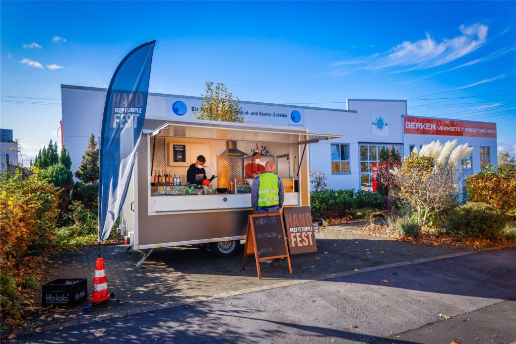 Ein Neuanfang mitten im Industriegebiet: Den Handfest-Foodtrailer an der Dorstfelder Meinhardstraße besuchen derzeit vor allem Mitarbeiter der umliegenden Firmen.