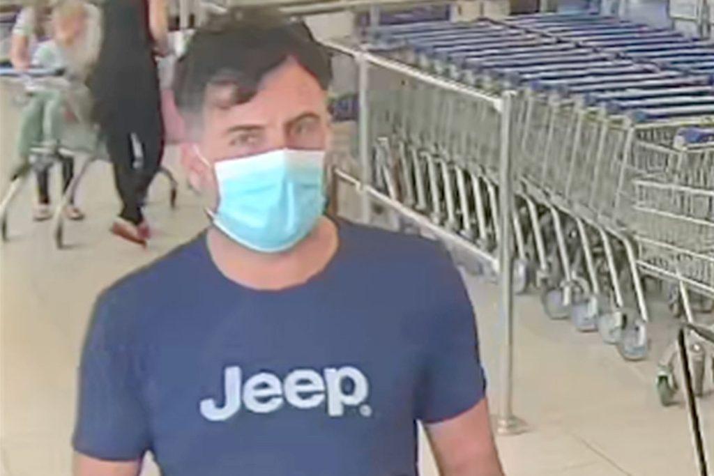 Die Polizei sucht nach diesem Mann: Er hat im vergangenen Juni Waren aus einem Einkaufskorb gestohlen. Dabei wurde er von einer Überwachungskamera gefilmt.