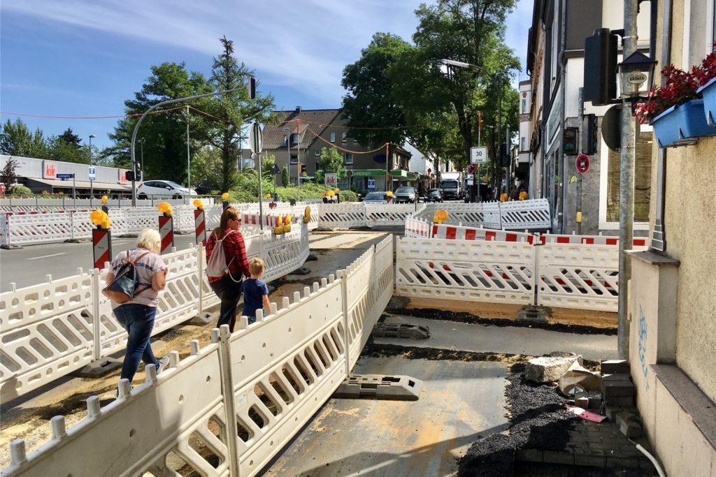 Die Baugrube wurde vorübergehend abgedeckt. In Kürze soll die Kreuzung wieder freigegeben werden.