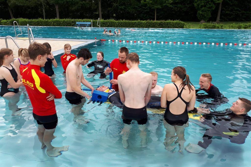 Übung mit dem neuen Spineboard: Damit kann man Personen aus dem Wasser retten, und sie könnten anschließend mit dem Board in den Rettungswagen oder sogar ins MRT geschoben werden. Ein großer Vorteil, wenn schwere Verletzungen vermutet werden.