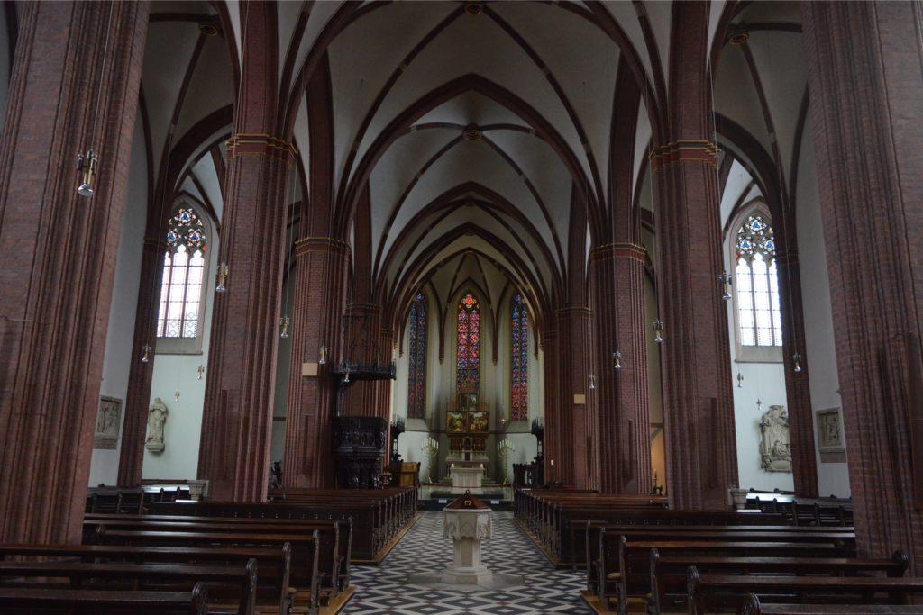 Während der Gottesdienste (hier die Sixtus-Kirche) muss ein Mund-Nasenschutz getragen werden.