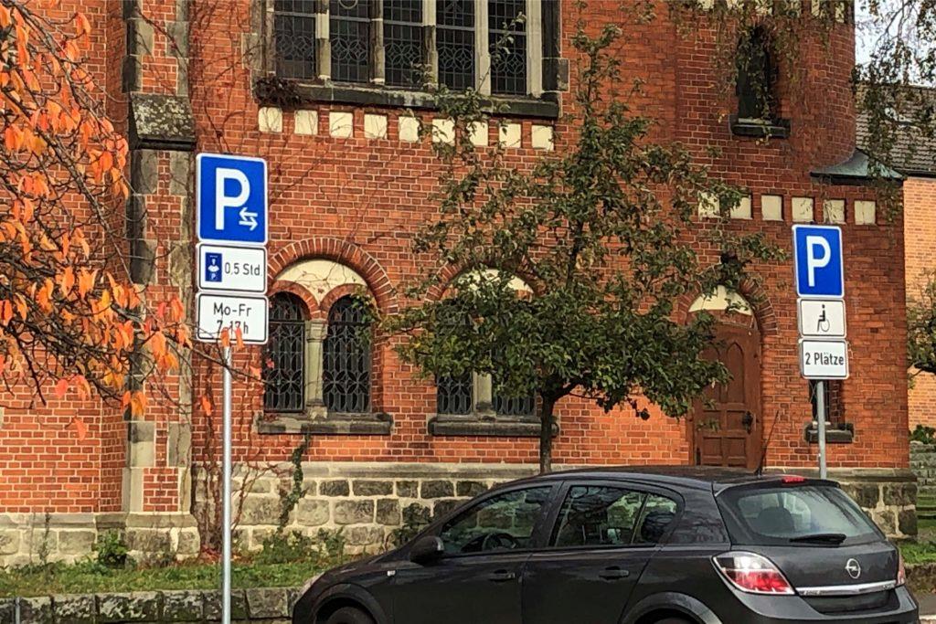 An den Kindergarten-Tagen ist an der Erlöserkirche das Parken von 7 bis 17 Uhr nur noch für eine halbe Stunde erlaubt.