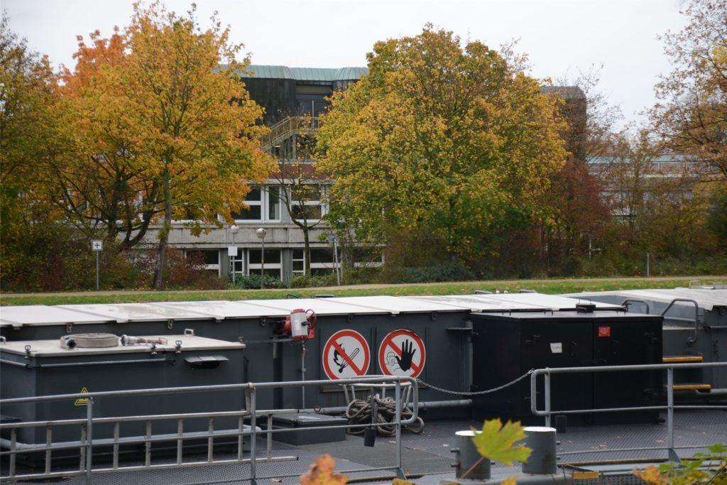 Den Dieselgeruch und die Lärmbelastung bekommen auch die Schüler des Gymnasium Petrinum auf der anderen Seite des Schiffsanlegers mit.