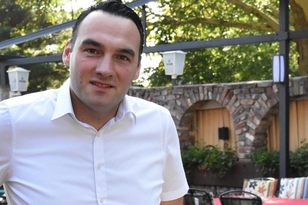 Danilo Djeric im Wintergarten des Steakhaus Lindenhof, den man nun extra für den Winter beheizbar gemacht hat.