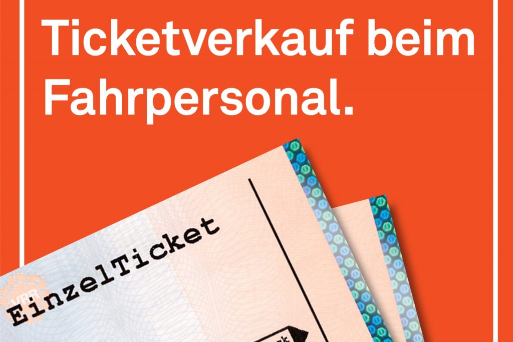 Anhand dieses Aufklebers erkennen Fahrgäste, dass ein Kauf eines Tickets in diesem Bus möglich ist.
