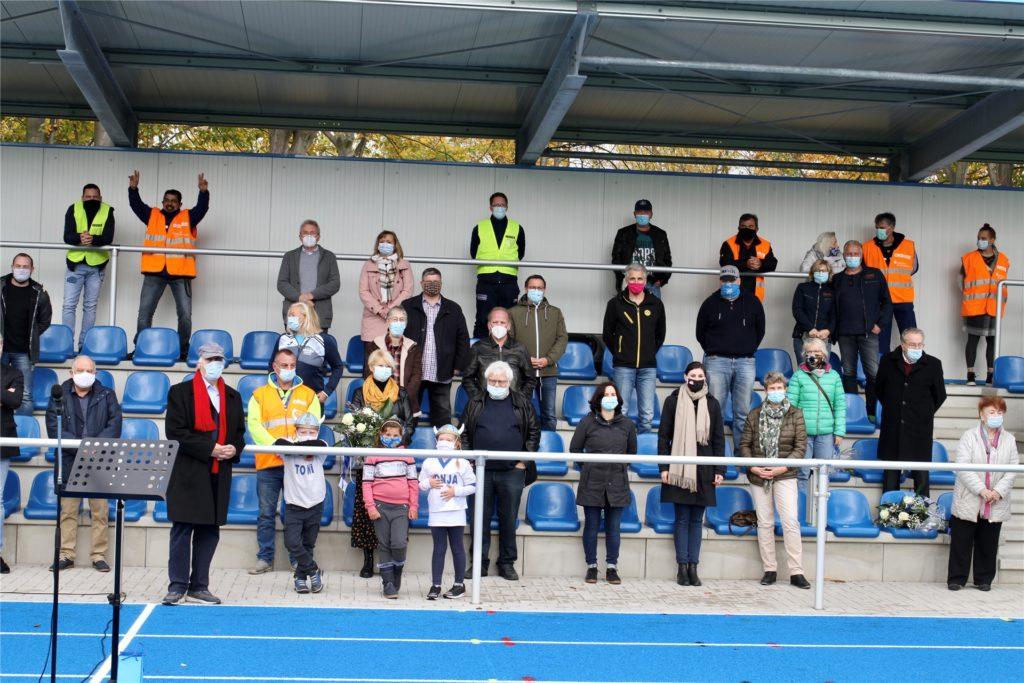 Mit dem gebührenden Abstand wohnten Vertreter von Sport, Verwaltung und Wirtschaft der Eröffnung des Leichtathletikanlage in Lanstrop bei.