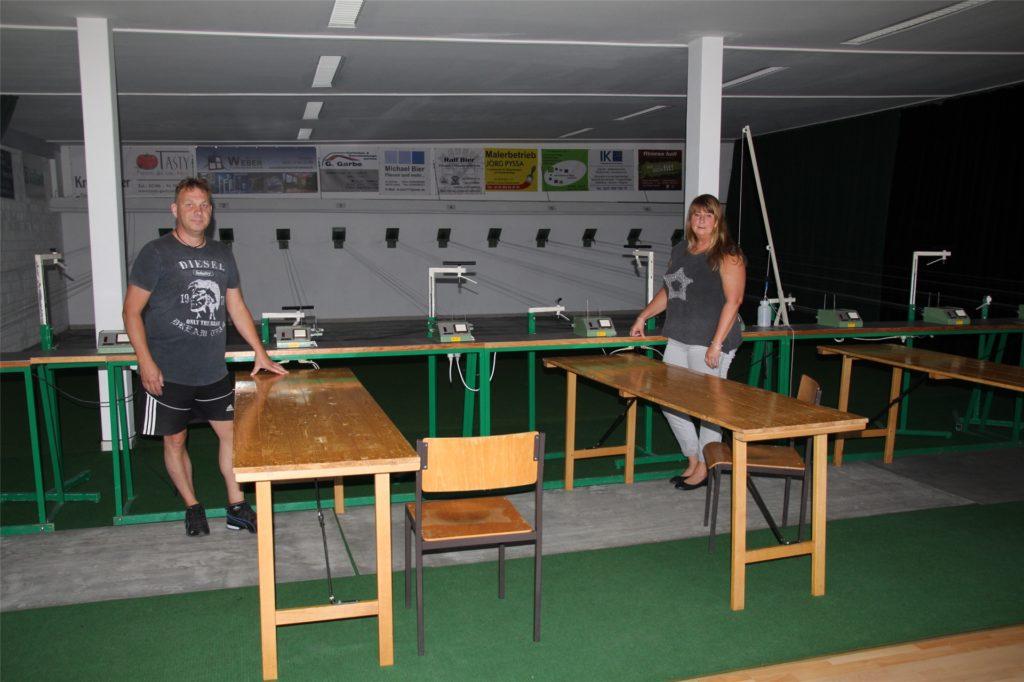 So sah der Schießstand noch im August aus, als der Verein vom Land die Förderzusage erhielt, um die sich Geschäftsführerin Karin Einsiedler (rechts) bemüht hatte.