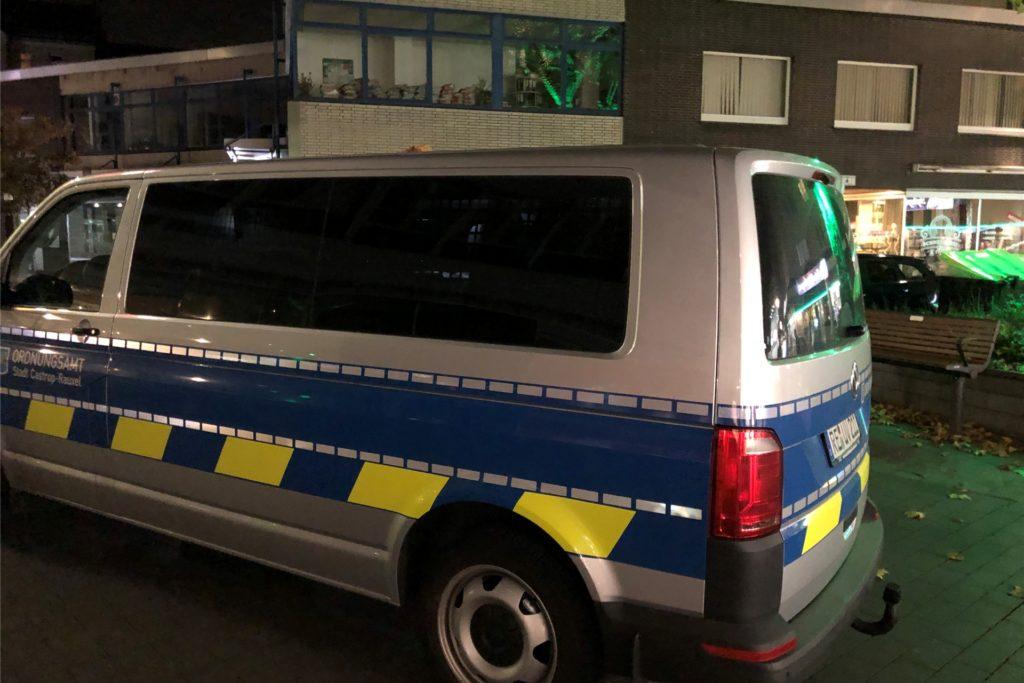 Das Fahrzeug des Ordnungsamts am Samstagabend in der Castroper Altstadt.