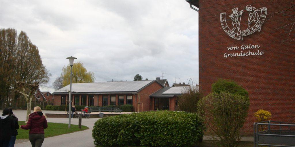 Die von-Galen-Grundschule in Oeding: Drei Kinder sind positiv auf den Coronavirus getestet worden. Die Sitznachbarn wurden deswegen auch in Quarantäne geschickt, für die anderen Klassenkameraden geht der Präsenz-Unterricht weiter.