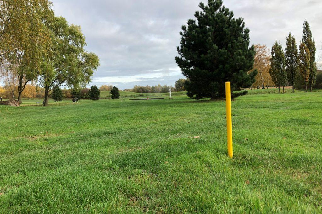 Landschaftlich wunderschön gelegen ist die Anlage des Royal Saint Barbara's Dortmund Golf Club auf Hohenbuschei. Der gelbe Pflock markiert einen Bombenverdachtspunkt